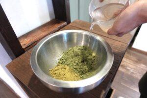 ヘナとお湯を混ぜる 千里山 美容室